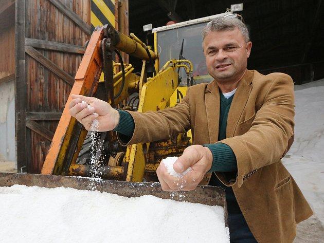 Vlastimil Filous ze Spravy a údržby silnic středisko Litoměřice ukazuje, že letos mají posypové soli dostatek.