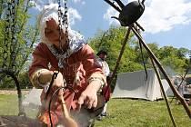 DOBOVÝ ŽIVOT a řemesla 18. století návštěvníkům ploskovického zámku představila skupina dospělých i s dětmi.