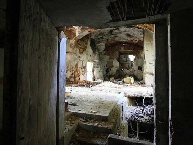 Barokní ovčín býval součástí ploskovického panství. Dnes si zde příroda bere zpět, co člověk před víc než dvěma staletími vytvořil