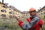Vedoucí odboru správy majetku Radek Keřka prochází Žižkovy kasárny v Terezíně a zjišťuje škody napáchané větrem.
