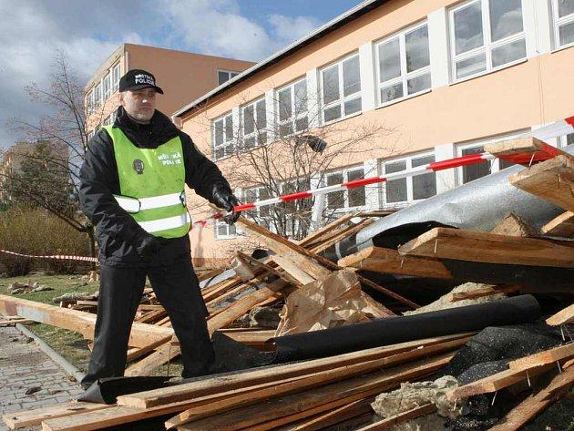 Kompletně utržená střecha ze štětské základní školy.