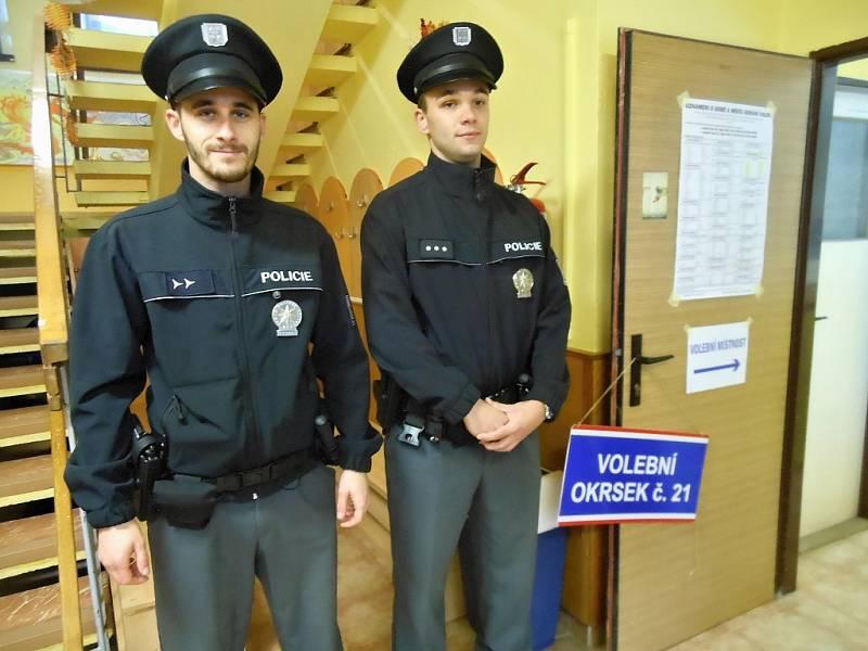 V Litoměřicích obcházejí jednotlivé volební místnosti tři dvoučlenné hlídky státních policistů. Na snímku v Domě dětí a mládeže Rozmarýn. Žádné problémy s volbami v Litoměřicích podle policistů nejsou.