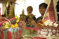 Žáci lovosické SOŠ technické a zahradnické ve svých dílnách v Litoměřicích připravují vánoční doplňky.