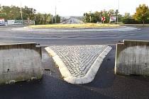 Správa a údržba silnic opraví povrch na okružní křižovatce u mostu generála Chábery.