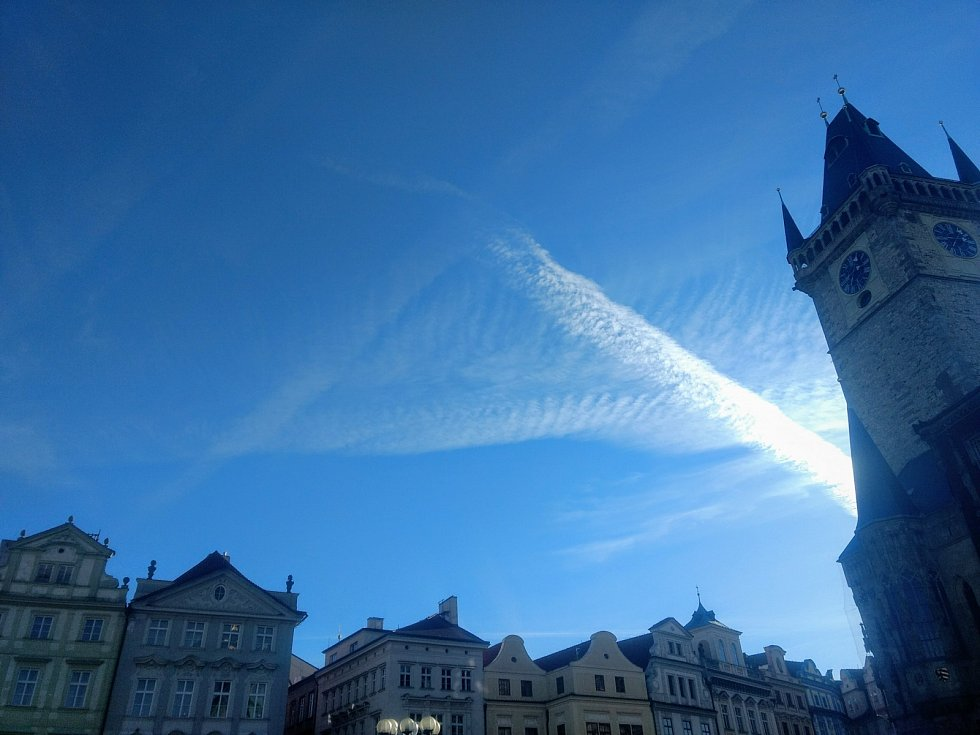 Pyramida na obloze z tzv. kondenzačních čar vedle Staroměstské radnice v Praze.