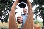 Na snímku majitel zahradnické firmy Pavel Jursík ukazuje zvoničku, která je vytesaná v původního kmene stromu.