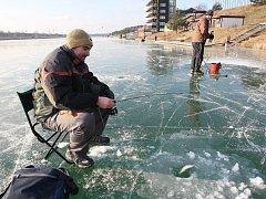 Rybáři na zamrzlém kanále v Račicích, ilustrační foto.