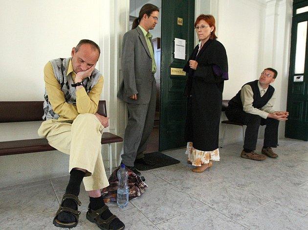 BYL APATICKÝ,  K SOUDU NECHTĚL. Radek Nebovidský (vlevo) nechtěl být u soudu slyšen jako účastník soudního řízení. A to ani po výzvě soudkyně Kateřiny Bečanové, která stojí vedle jeho opatrovníka pro toto soudní jednání, právníka Petra Galii.
