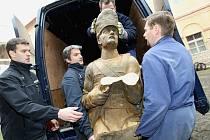 GRANÁTNÍCI při převozu ze starožitnictví do Terezína v březnu 2008.