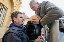 V Terezíně montují bezpečnostní kamery, které mají dohlížet na pořádek ve městě. Nyní montují na budovu, kde sídlí městská policie speciální kameru.