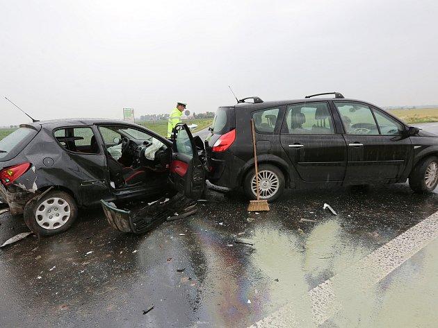K vážné dopravní nehodě došlo v úterý kolem půl páté na silnici 1/15 z Terezína do Lovosic.