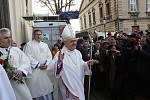 Nový litoměřický biskup opouští katedrálu.