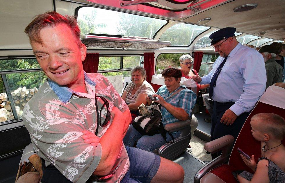 Uličníka Tomáše z filmu Páni kluci Michaela Dymka (vlevo) a herce Václava Koptu si mohli užít v roce 2019 cestující při jízdě historickým autobusem z Úštěku do Zubrnic.