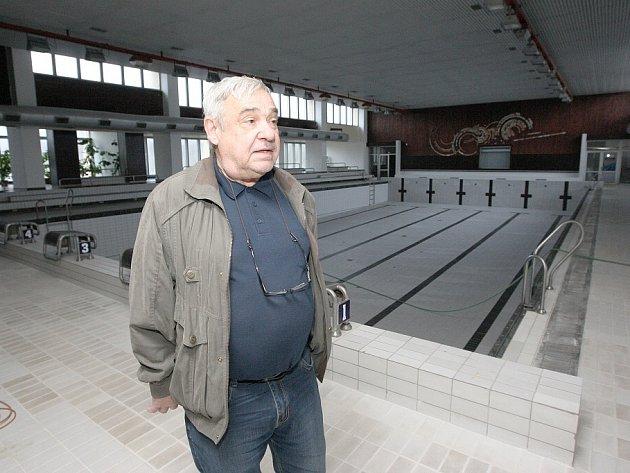 TÉMĚŘ HOTOVO. Během následujícího týdne nastoupí uklízečky, aby krytému bazénu vrátily lesk. Otevře se v prosinci.