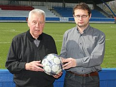 Josef Masopust na stadioně v Roudnici nad Labem se sportovním redaktorem litoměřického deníku Ladislavem Pokorným.