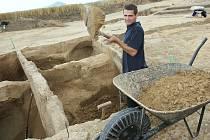 V PLNÉ PRÁCI. Mnoho zajímavostí se mohou Vchyničtí dovědět o těch, kteří místo obývali tisíciletí před nimi. Archeologové budou v nových nalezištích  pracovat minimálně do konce prázdnin.
