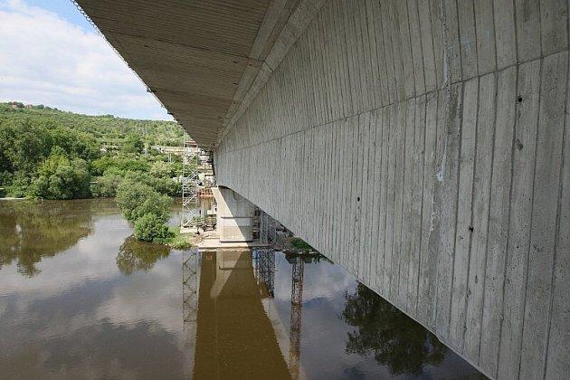 POSLEDNÍ METRY. Intenzivní práce na propojení obou labských břehů novým mostem nyní probíhají především z pilíře, který je umístěn na Písečném ostrově. Podle harmonogramu by k propojení břehů mělo dojít v polovině července.
