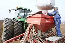Setí většiny plodin zvládli zemědělci na Litoměřicku v termínu, včera práce na polích zastavil déšť. Zbývající plochy pěstitelé počítají už jen v desítkách hektarů.