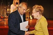 """87letá Alžběta Matulová byla nejstarší účastnicí akce """"Místa přátelská seniorům"""". Dárek za účast převzala z rukou starosty, který nešetřil slovy obdivu na adresu její neskutečné vitality."""
