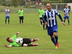 Fotbalisté SK Roudnice (v modrobílém) vyhráli v Ohníči 4:1.