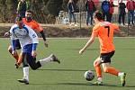 Fotbalisté SK Roudnice (v oranžovém) podlehli Sokolu Vraný 4:5.