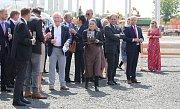 Zástupci investorů i starosta Štětí rozbíjejí skleničky na štěstí rozestavěné pily.