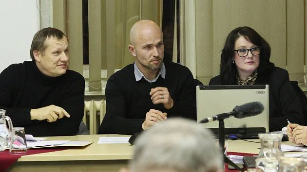 Jednání zastupitelů Terezína. Roman Vítek uprostřed
