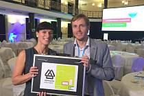 OCENĚNÍ ukazuje Petra Červinková, manažerka projektu, a Martin Jonáš, PR manažer Hennlichu.