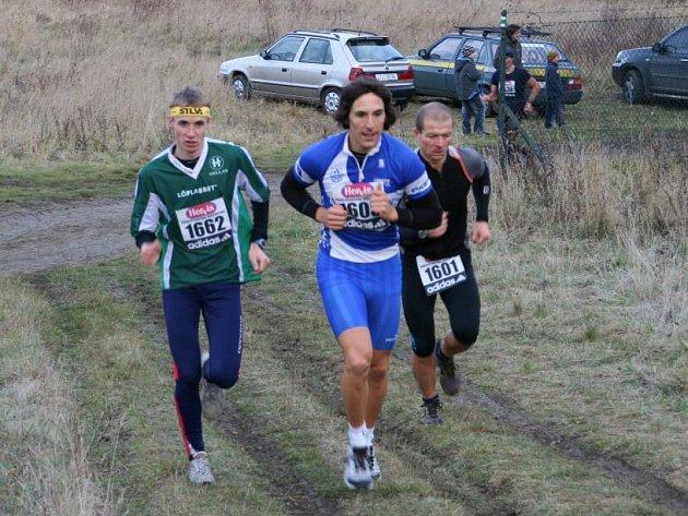 Po první třetině závodu drželi krok s vítězným Janem Šedivým (vlevo) druhý Jan Bureš (uprostřed) a třetí Marek Bušek.
