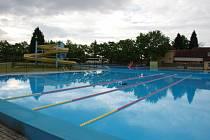 Na novinky v podobě písečné pláže se slunečníky a lehátky a dvě plavecké dráhy pro aktivní plavce se mohou těšit návštěvníci městského koupaliště ve Štětí.