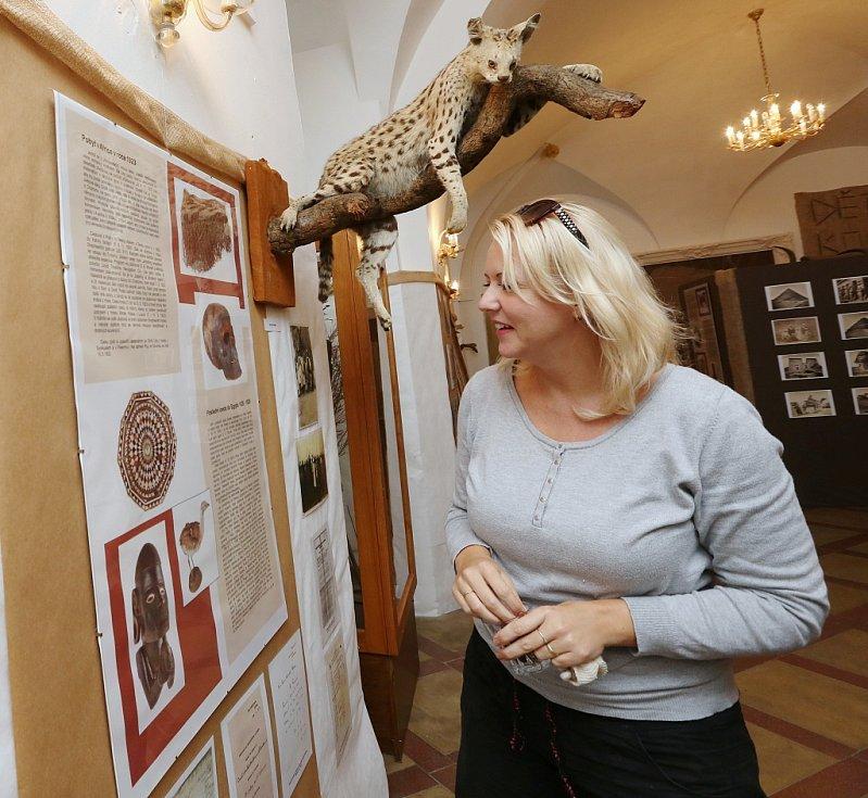 Michaela Prokopová, správce depozitáře, u nové expozice
