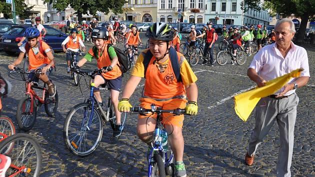 Starosta Ladislav Chlupáč mávnutím praporku odstartoval peloton žáků startujících na Mírovém náměstí.