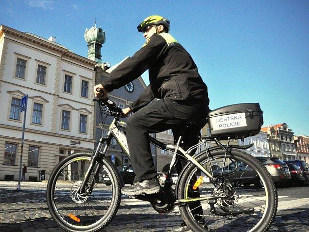 Městský úřad v Litoměřicích v těchto dnech distribuuje mezi své zaměstnance sedm elektrokol.