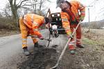 Pracovníci SUS střediska Litoměřice opravují výtluky po zimě u obce Hliná na Litoměřicku.