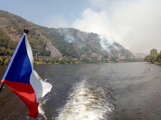 Hoří také na několika místech kaňonu Labe. Snímek zpaluby lodi Porta Bohemica. 4.července