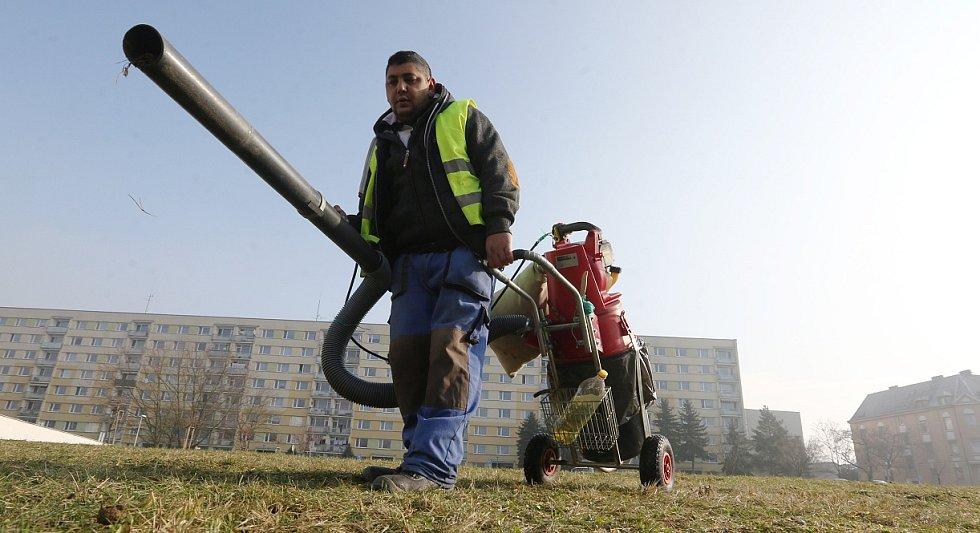 STROJ NA PSÍ NADÍLKU využívají města v celém regionu již několik let. Pracovník veřejně prospěšných prací pan Marek ukazuje, jak se používá.