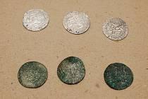 V Podřipském muzeu v Roudnici nad Labem pracují restaurátoři na čištění vzácných mincí. Na foto jsou mince před a po restaurování.