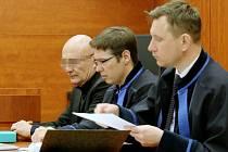 U litoměřického soudu stojí obžalovaný sportovní pilot  letadla L 200 J. H. z Prahy, který v roce 2016 nedodržením letových předpisů přetrhl u Křešic na Litoměřicku drát vysokého napětí.