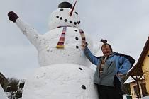 Obří sněhulák u rodinného domu v Žitenicích.