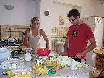 OBĚD podle španělské receptury připravovali v Camphillu Francisco a Gill.