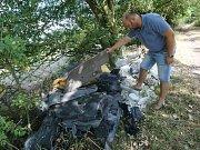 Černá skládka stavebního odpadu a automobilových plastů hyzdí cestu do lesa u obce Hlinná.