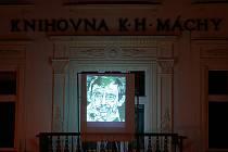 Litoměřická knihovna vzpomíná na Václava Havla, na balkóně promítá jeho podobizny. Autorem kreseb je indonéský umělec Kokok Suratmoko.