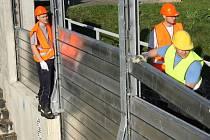 Zkušební montáž protipovodňových stěn v Křešicích