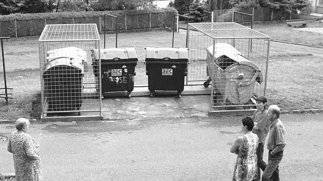 """KONTEJNERY. Nové umístění kontejnerů se nelíbí obyvatelům přilehlého panelového domu v ulici Marie Majerové. Nechtějí """"cizí"""" kontejnery pod svými okny."""