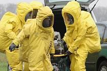 ÚNIK NEBEZPEČNÉ LÁTKY spolu s nehodou dvou osobních aut museli v pondělí ráno řešit hasiči v Polepech. Při taktickém cvičení zasahovali ve speciálních protichemických oblecích připomínající skafandry.