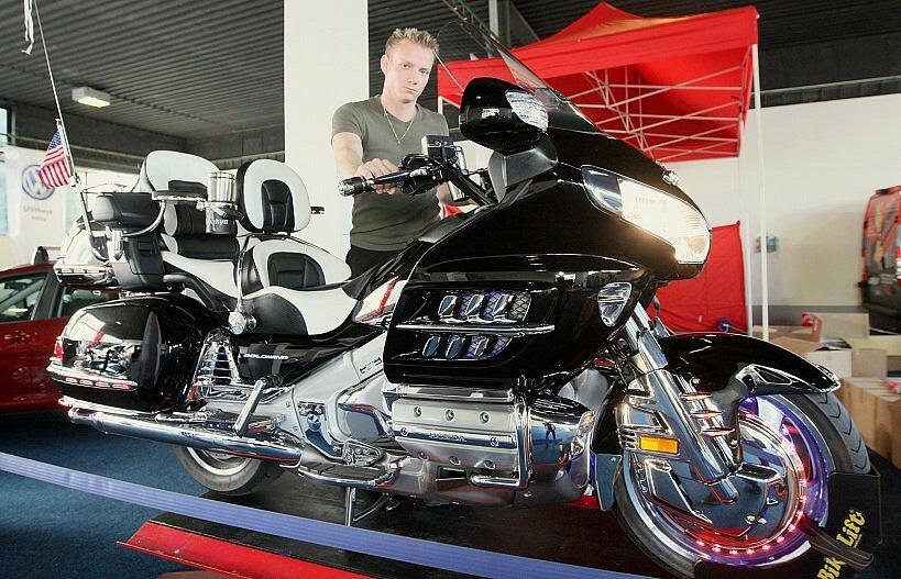 Na snímku David Panocha chystá luxusní motocykly v pavilonu B.