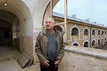 Průvodcem na staveništi rekonstrukce bývalých dělostřeleckých kasáren nám byl Robert Czetmayer, vedoucí odboru rozvoje, stavby a správy majetku Městského úřadu Terezín.