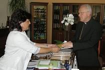 NÁVŠTĚVA. Litoměřický biskup Mons. Jan Baxant v sídle Krajského úřadu Ústeckého kraje navštívil hejtmanku Janu Vaňhovou..