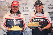 Aleš Loprais (vlevo) a Jiří Stross na tiskové konferenci v Praze dodatečně oslavili narozeniny, které oba shodně slavili provizorně 10. ledna v Saltě.