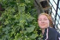 V Polepech si sklizní chmele vydělává například Veronika Voštáková.